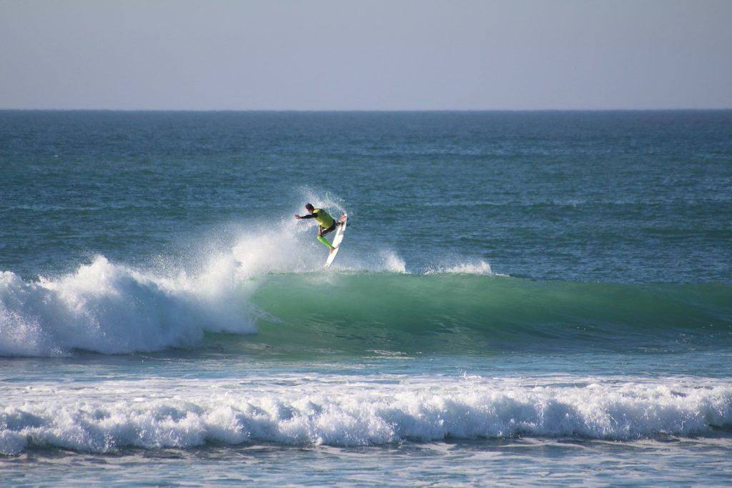 Une vague sur la plage de la Torche, destination de surf dans le Finistère sud.