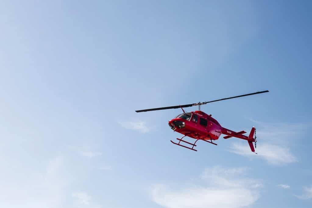 Un hélicoptère de secours intervient en cas d'urgence en voyage. Très cher si vous n'avez pas d'assurance.